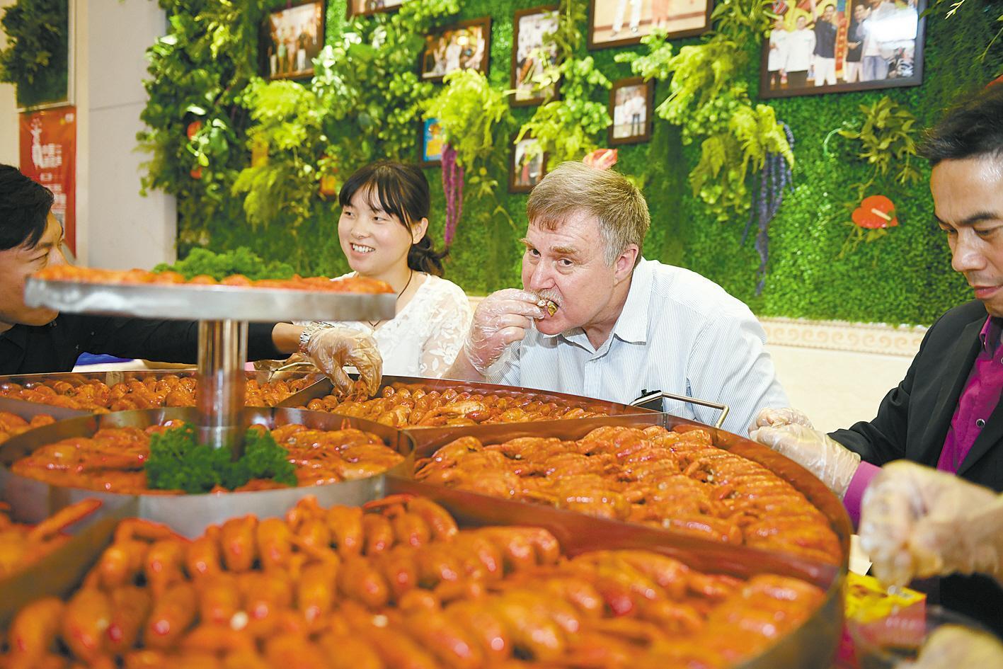 中外食客共享小龙虾大餐。