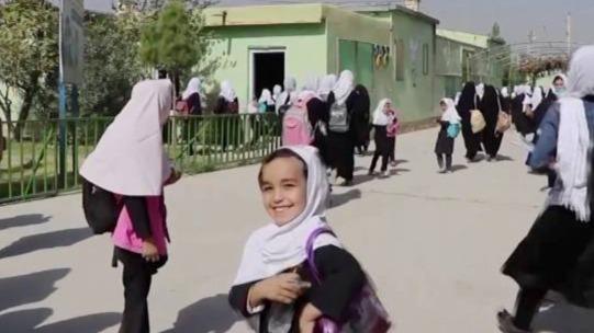 阿富汗一女子学校重新开放 女生戴白头巾入校复课