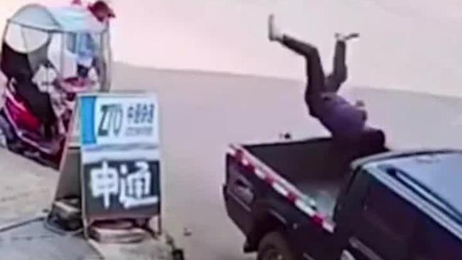 监拍摩托车司机醉驾撞上路边皮卡 乘车人一头栽进车斗