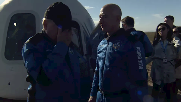 90岁《星际迷航》舰长进入太空刷新纪录:落地后他哭了