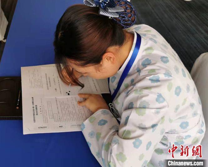 图为参赛选手进行知识竞赛。 甘肃省民政厅供图