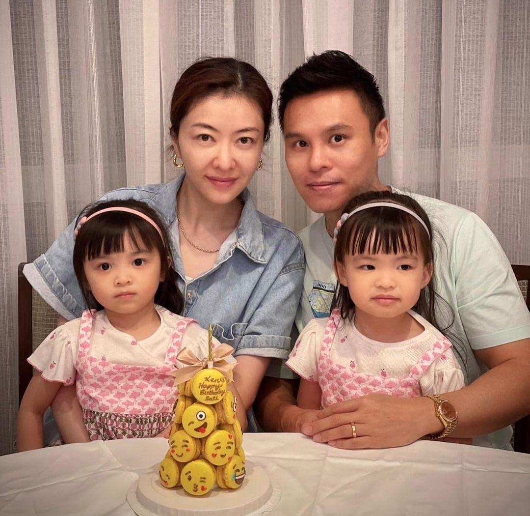 郭可颂晒全家福为熊黛林庆生,双胞胎女儿可爱出镜,夫妻甜蜜依偎