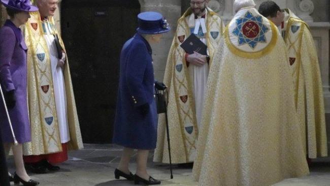 95岁的英国女王 首次公开拄拐杖出席活动