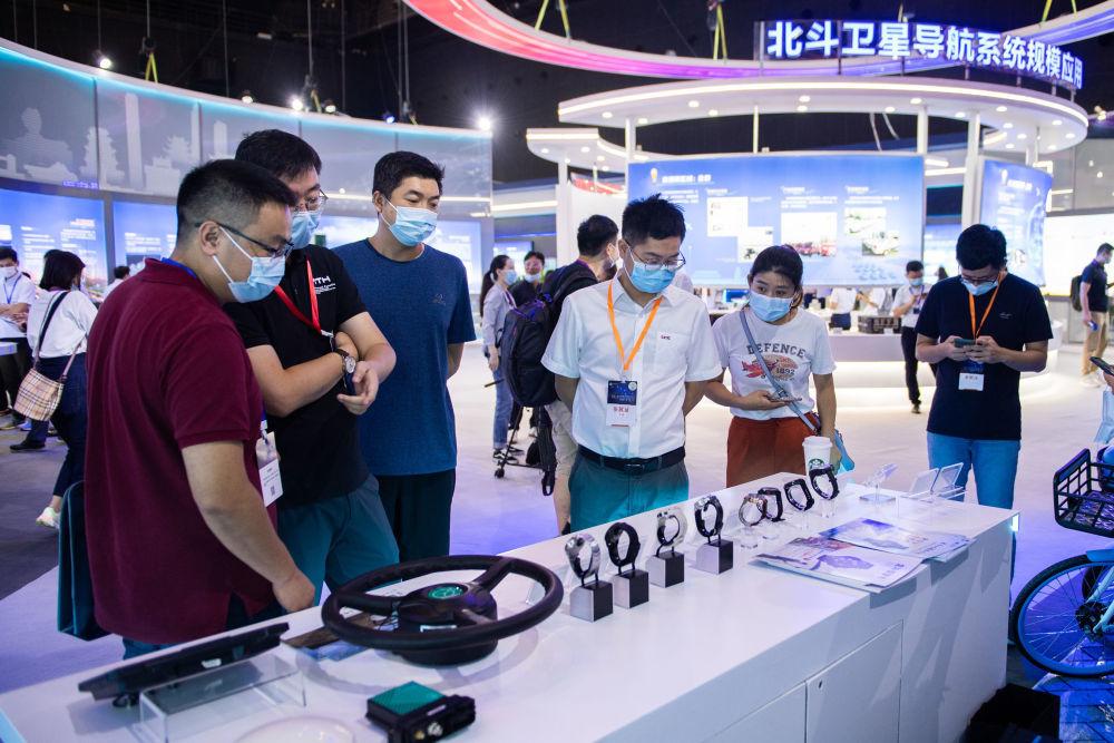 9月16日,在湖南国际会展中心,观众在参观北斗卫星导航系统应用成果展。记者 陈思汗 摄