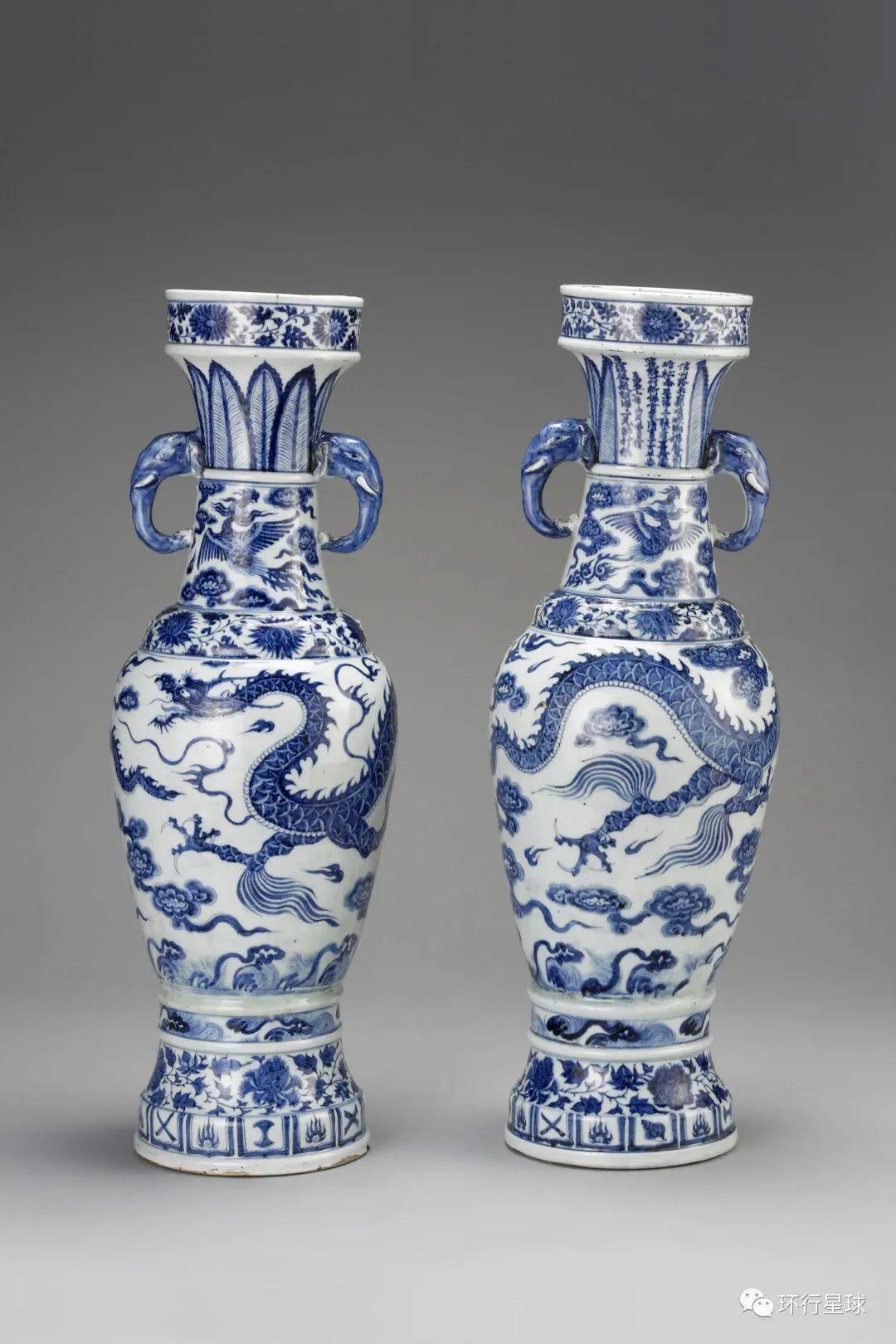 """""""至正十一年""""款青花云龙纹象耳瓶一对,又称""""大维德瓶""""。原属大维德艺术基金会,现藏大英博物馆。 图:© The Trustees of the British Museum"""
