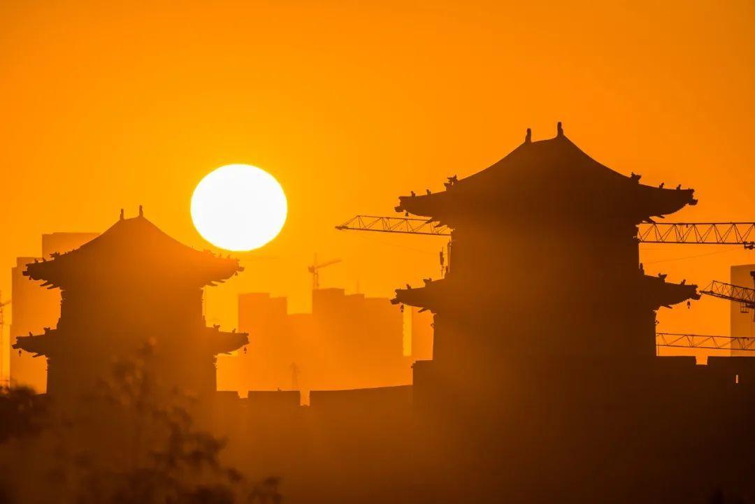 10月12日,山西大同古城日出。/视觉中国