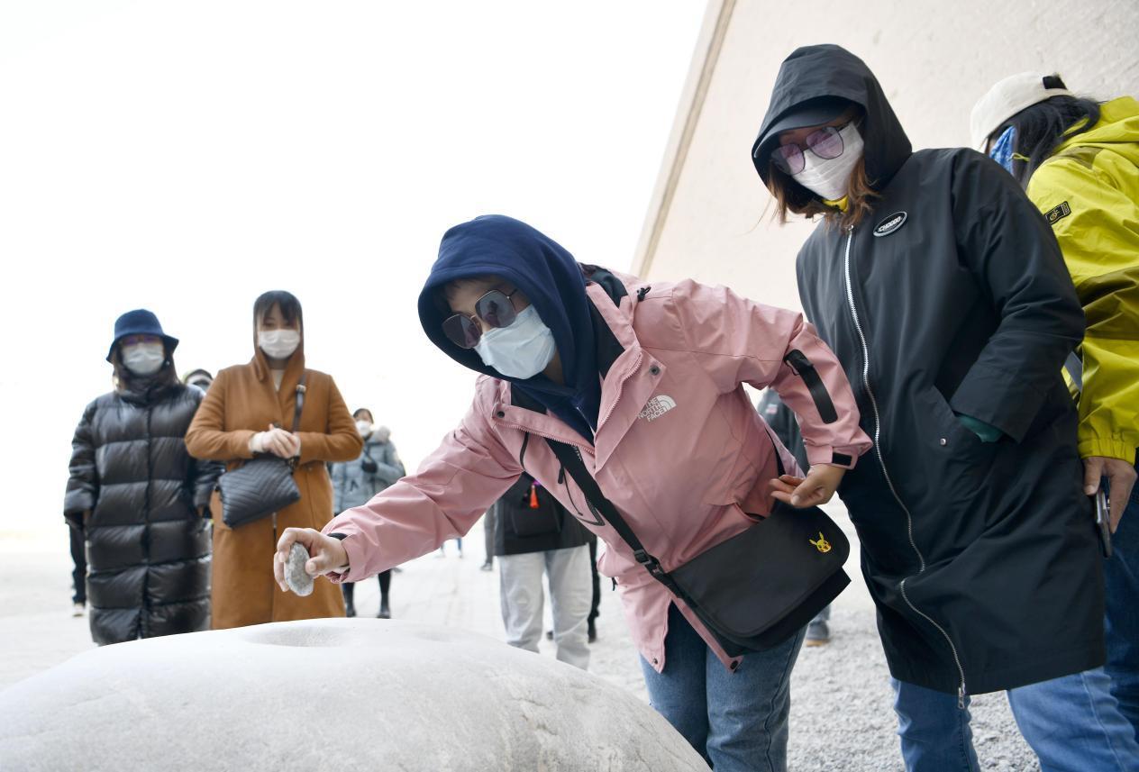 """媒体人体验关城内的""""击石燕鸣"""" 李果繁 摄"""