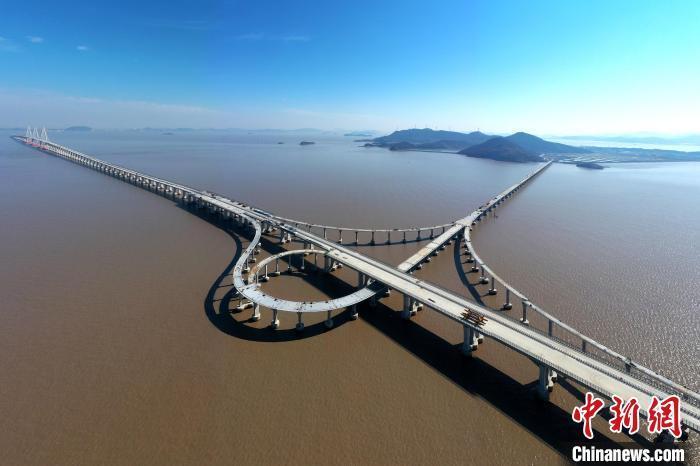 浙江省交通集团建设中的舟岱大桥。  姚峰 摄