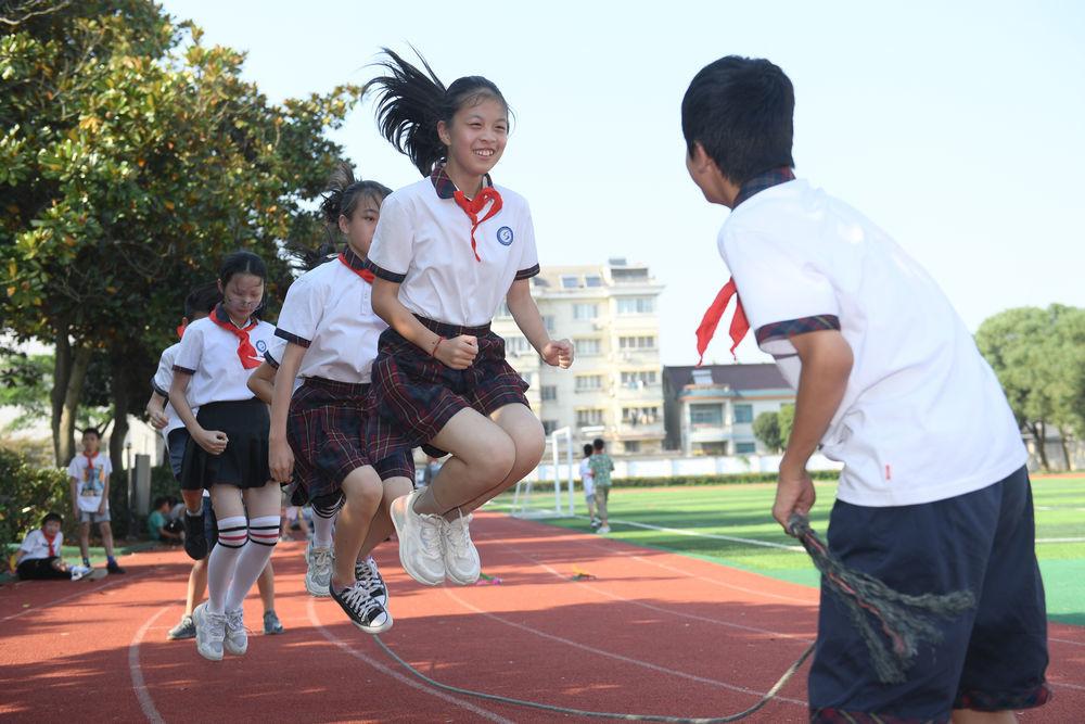 9月23日,湖州市吴兴区埭溪镇上强小学学生在校园里跳绳。新华社记者翁忻旸摄
