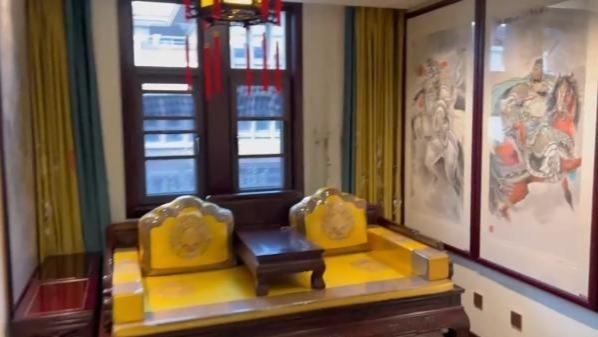 """男子将家装修成""""皇宫"""":喜欢中式风格 装了1年多"""