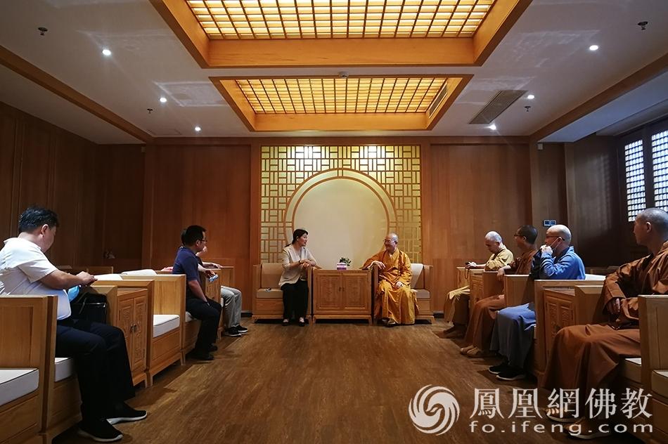 座谈交流(图片来源:凤凰网佛教 摄影:王枫涛)