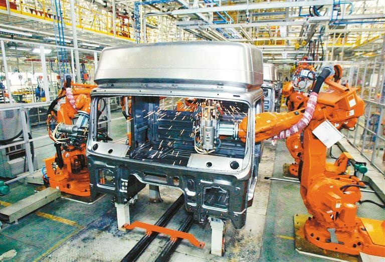 西安的高技术制造业取得长足发展,两年来投资平均增长35.9%。图为陕汽智能生产车间(资料图片) 记者 窦翊明 摄
