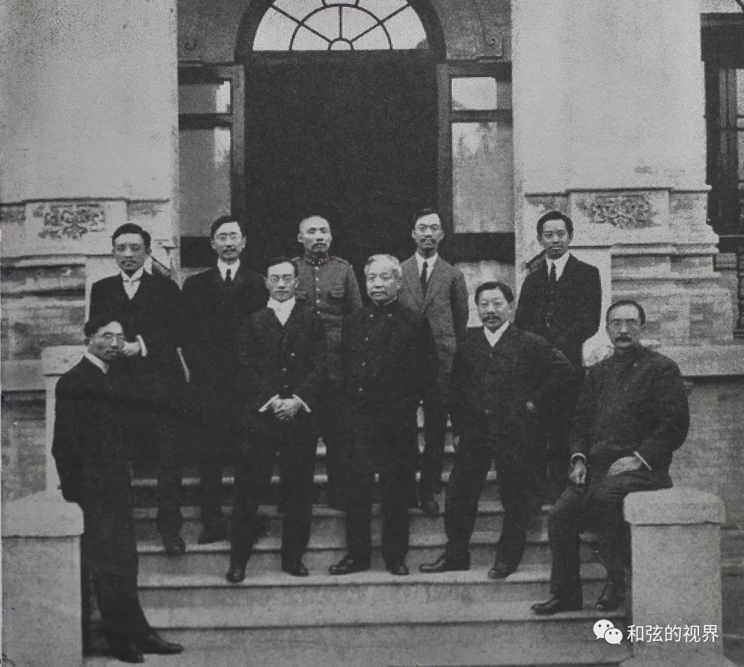 (1912年3月,北京政府第一任内阁成立时的合影。右一为国务总理唐绍仪,左一为蔡元培,左二为宋教仁,后排中间穿军装者为陆军总长段祺瑞。)