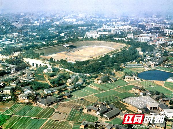 01-长沙-1978年10月航拍的长沙市劳动人民体育场,后改名为贺龙体育场。它的东南边都是菜地和农舍。.jpg