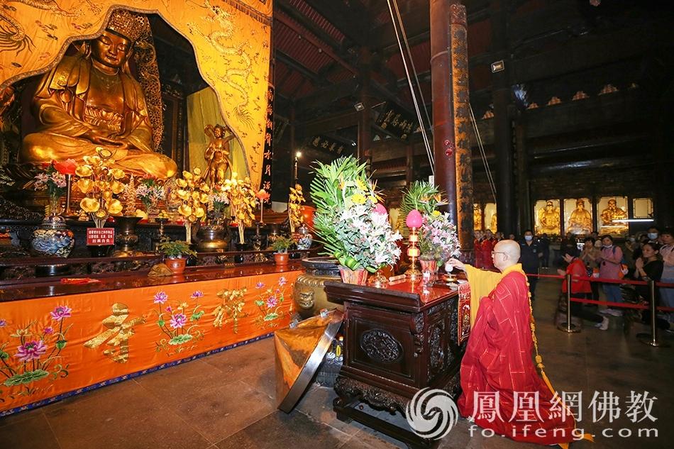 法会前一天,举行熏坛仪式。(图片来源:凤凰网佛教 摄影:普陀山佛教协会)