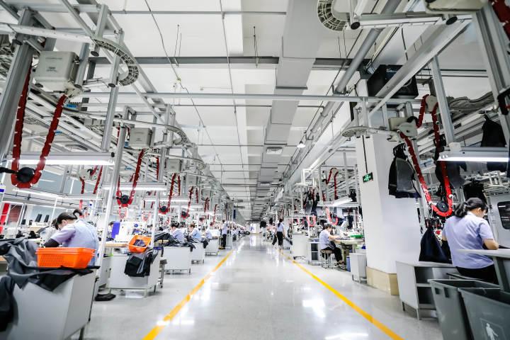 雅戈尔未来工厂的生产场景.jpeg