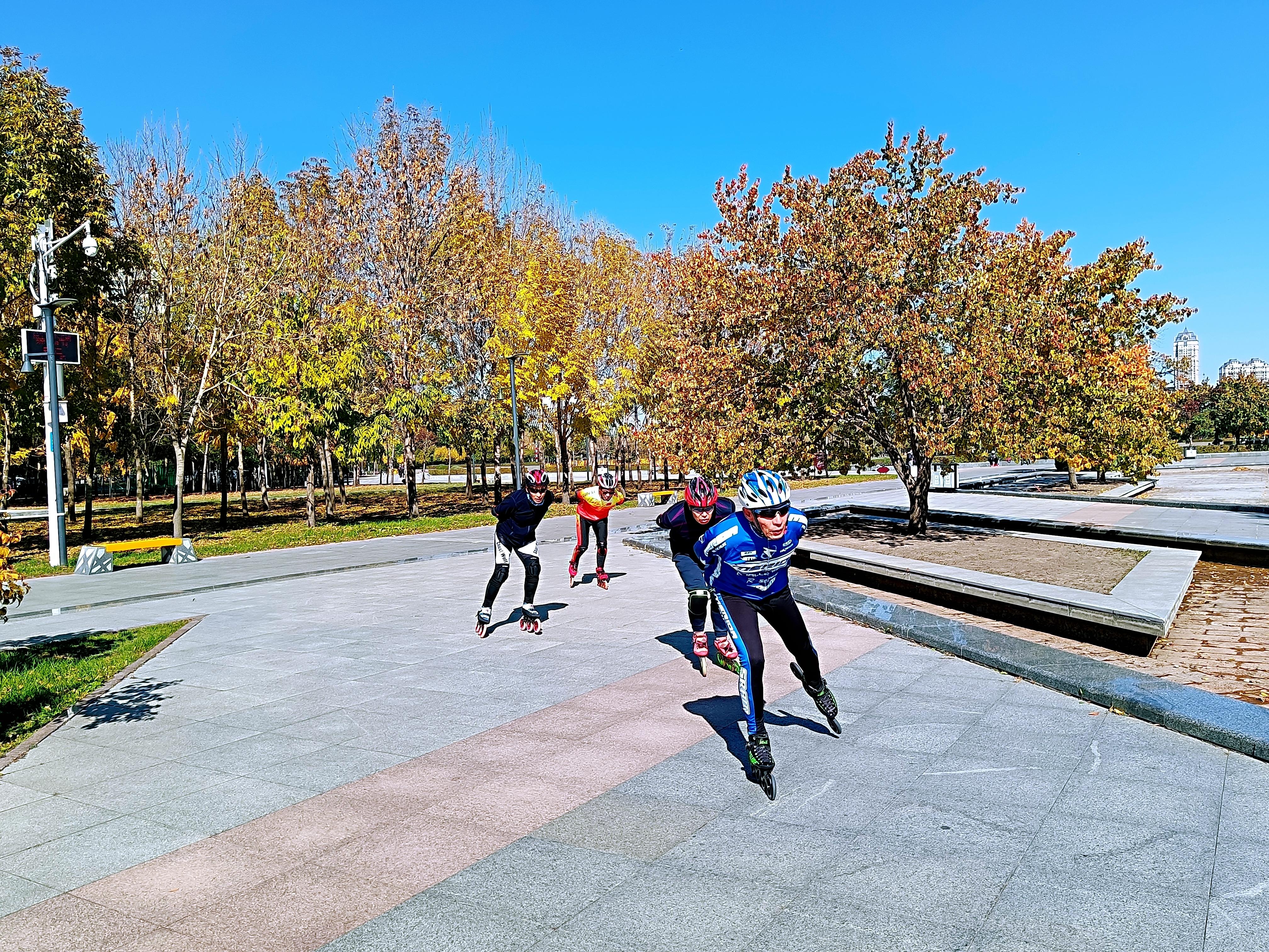 运动爱好者尽享金河公园秋景