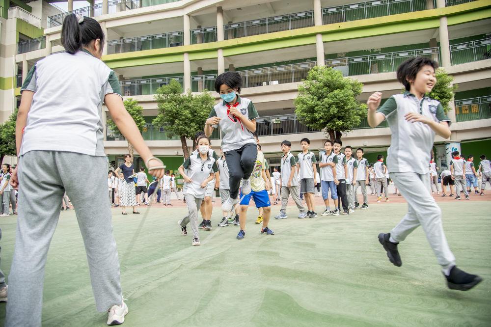 """9月4日,武汉""""双减""""第一周,湖北省武昌水果湖第一小学孩子们在课后活动上玩""""嗨""""了。新华社发(伍志尊摄)"""