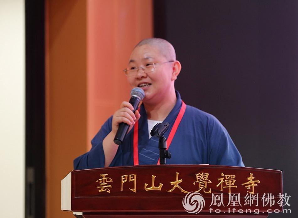 广东佛学院讲师湛空法师主持抽签仪式(图片来源:凤凰网佛教 摄影:李保华)