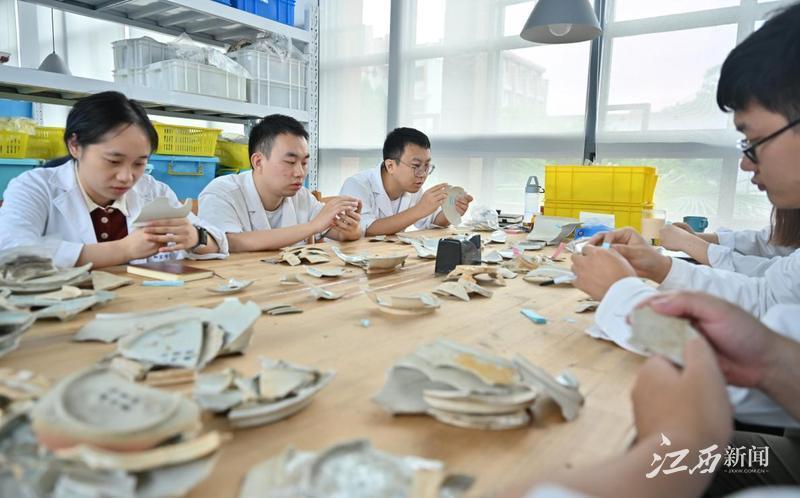 ▲文物修复师团队在进行考古整理