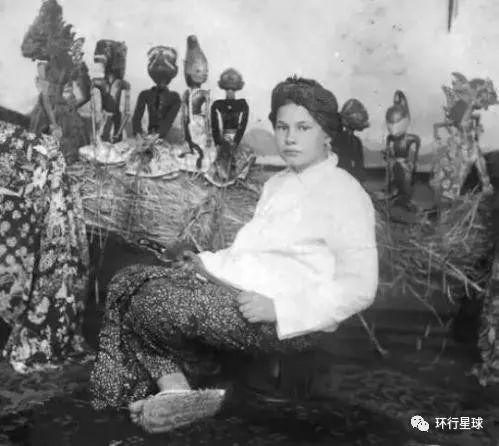 童年时期,身着爪哇传统服饰纱笼的高罗佩。
