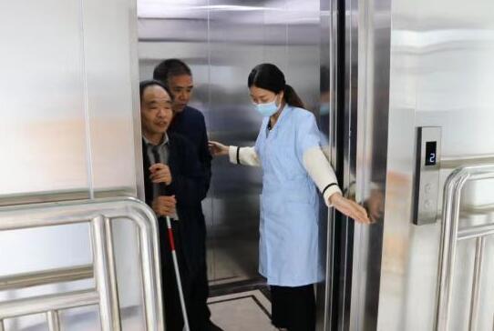 安装电梯方便老人上下楼