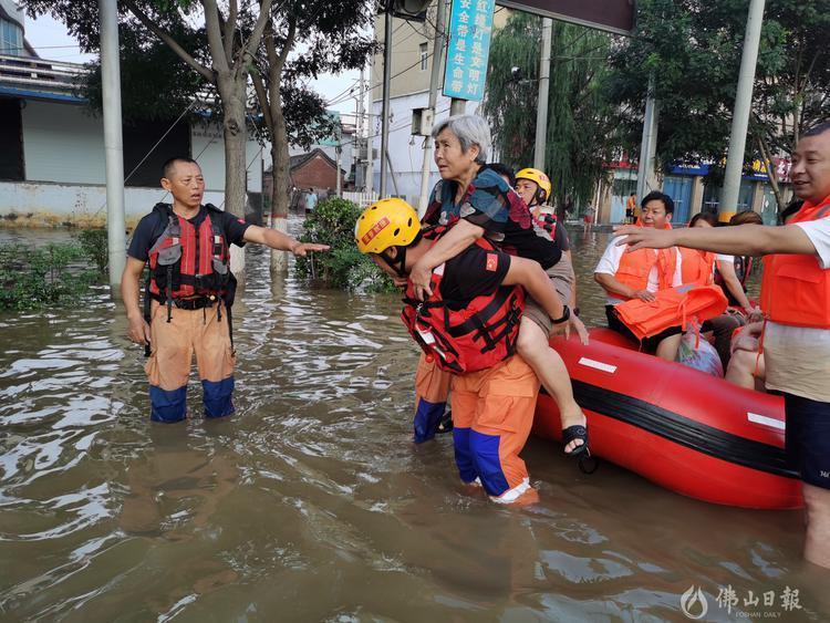 在河南当地救灾期间,菠萝救援队累计转移受灾群众4269人。受访者供图