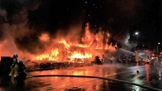 台媒:高雄城中城大楼大火已致41人送医,8人无生命迹象
