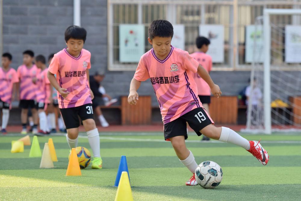 9月29日,在石家庄市桥西区裕华西路小学,学生在进行足球训练。新华社发(张晓峰摄)