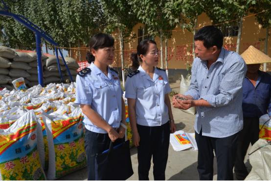 税务干部在农产品交易市场为收购企业提供税务服务