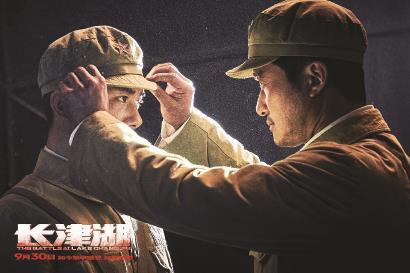 《长津湖》拍出了新主流大片和国产战争电影的新境界,获得了口碑和票房的双赢。图为《长津湖》海报、剧照