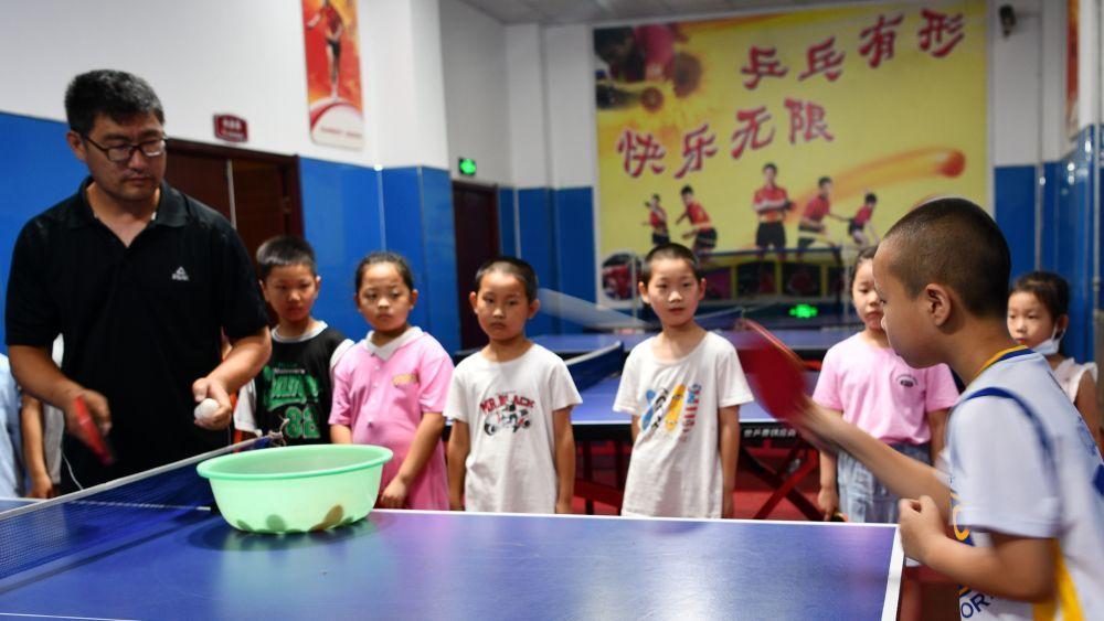 学生们在河北省石家庄市栾城区青少年校外活动中心参加乒乓球培训。新华社发(李明发摄)
