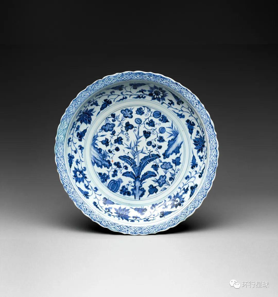 直径40厘米左右的大盘。青花瓷大盘在穆斯林国家很受欢迎,通常用于向成群的食客提供食物。