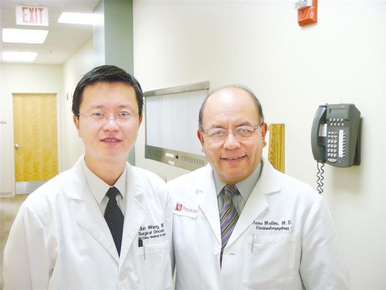 王军(左)和美国俄克拉荷马大学临床医学中心头颈外科主任合影