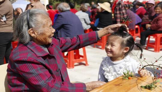 老人为小孩插茱萸
