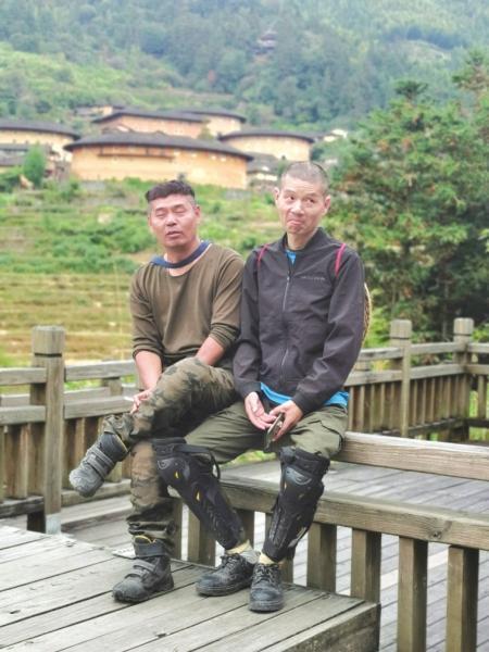 △ 2019 年贺湘闽(左)和梁成(右)在外旅游。