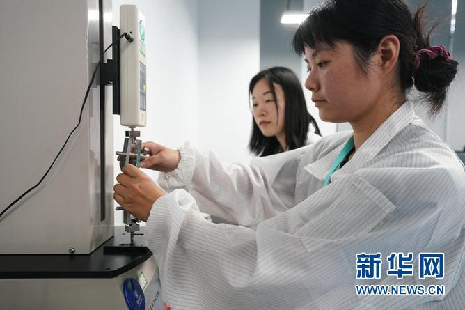 苏州生命健康小镇一家企业的工作人员在实验室进行拉力试验。