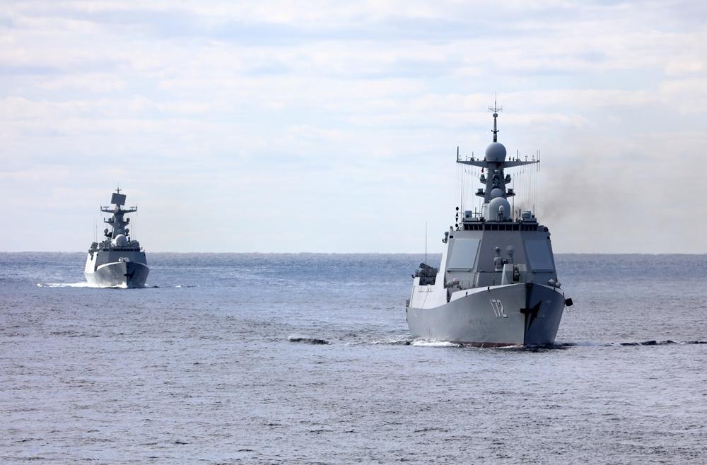 航行在日本海的中国海军昆明舰和柳州舰。