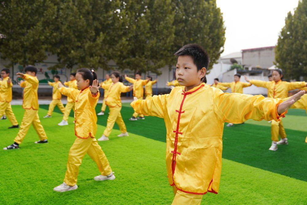 9月27日,河北邢台经济开发区北街小学学生在练习武术操。新华社发(田晓丽摄)