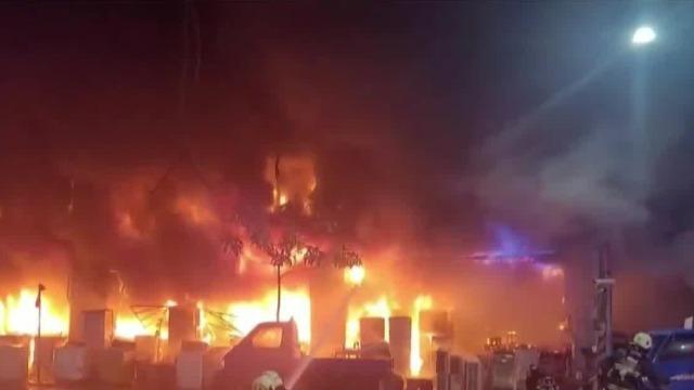 高雄住商混合大楼突发大火:火势向上蔓延 现场呼救声不断