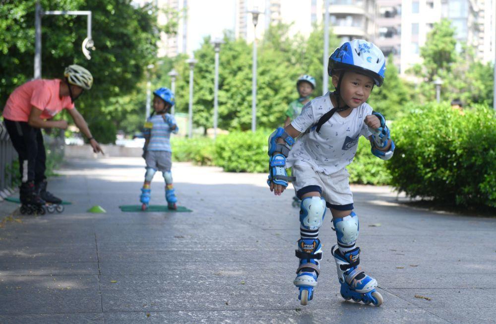 在广州,学习滑旱冰的孩子们。新华社记者卢汉欣摄