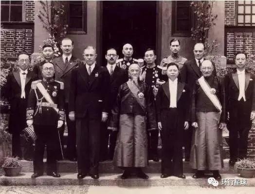 高罗佩在重庆与中国政客合影。