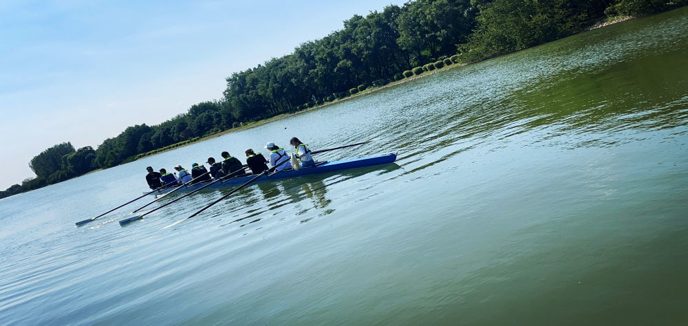 10月3日,在北京顺义奥林匹克水上公园学习赛艇的孩子们。