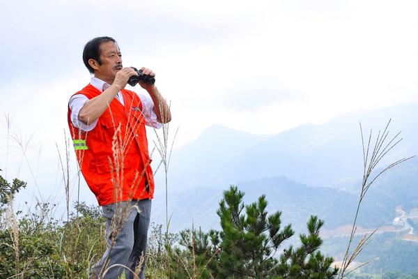杜义彪在巡山。图片来源:湖南文明网
