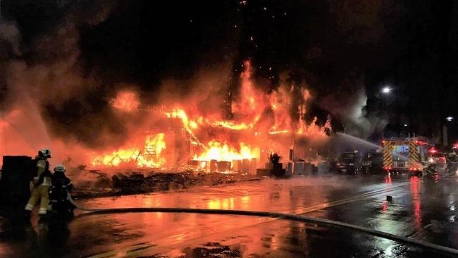 """台湾高雄""""城中城""""大楼起火已致46死 现场不断有人被送往殡仪馆"""