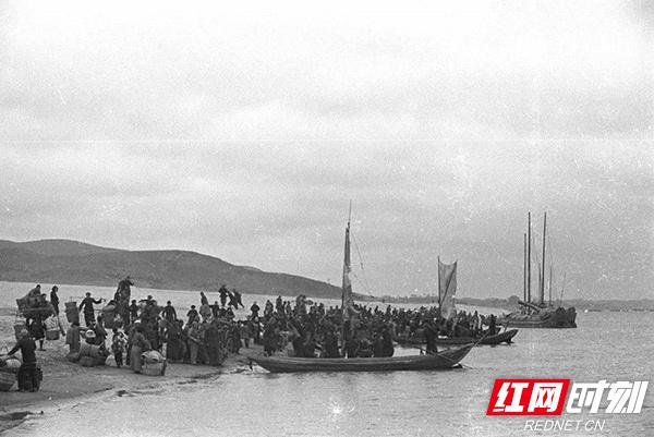 1-0-长沙-50-60年代湘江上没有一座过江桥梁市民靠轮渡过江-.jpg