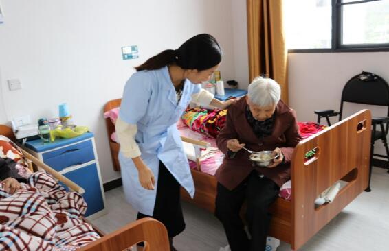护工细心照顾老人