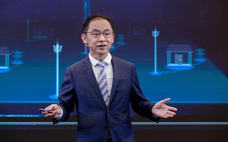 华为常务董事、运营商 BG 总裁丁耘发表主题演讲,图源华为媒体