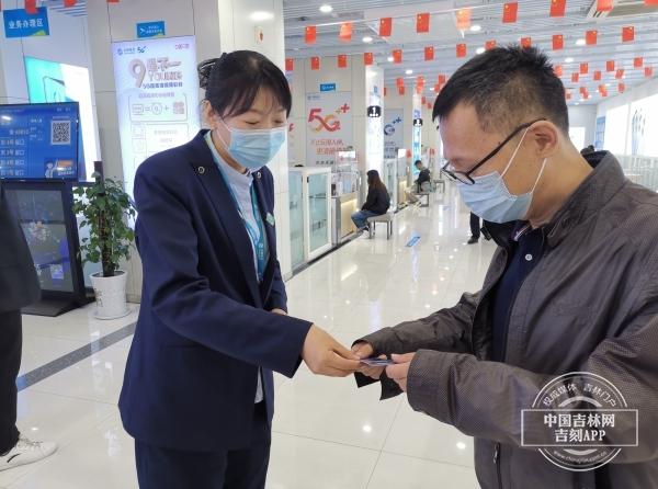 中国移动西安大路营业厅工作人员向市民发放网络安全知识宣传书签
