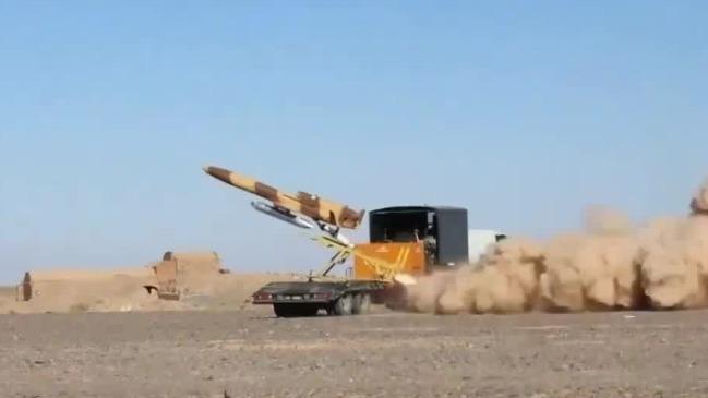 伊朗举行防空军事演习 发射新型中远程弹道导弹
